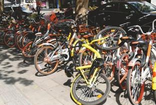 共享单车乱停、乱放,好怀恋街面宽敞的日子-咚咚地产头条