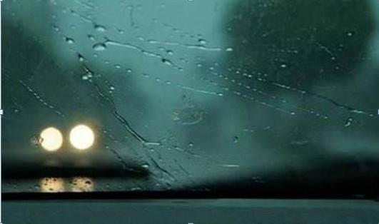 汽车前档玻璃上有雾气影响视线,教你一招搞定。